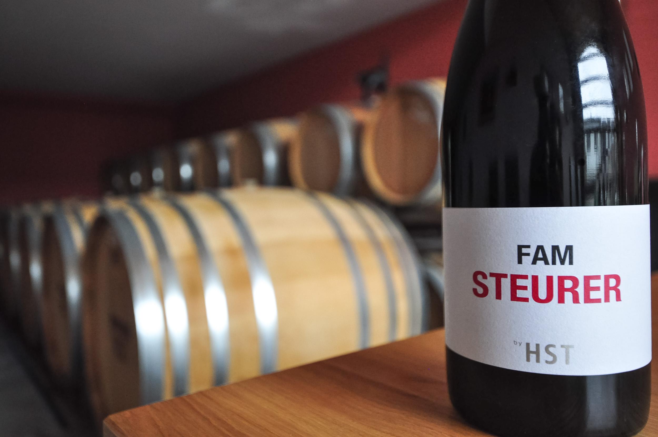 Weingut HST Hannes Steurer, Fam Steurer Wein mit Weinfässern, Foto: Maria Steurer-Haltschuster